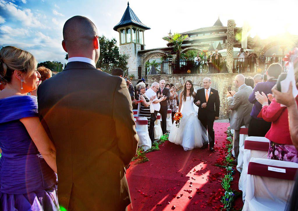 Fotografía de la entrada de la novia con luz de atardecer