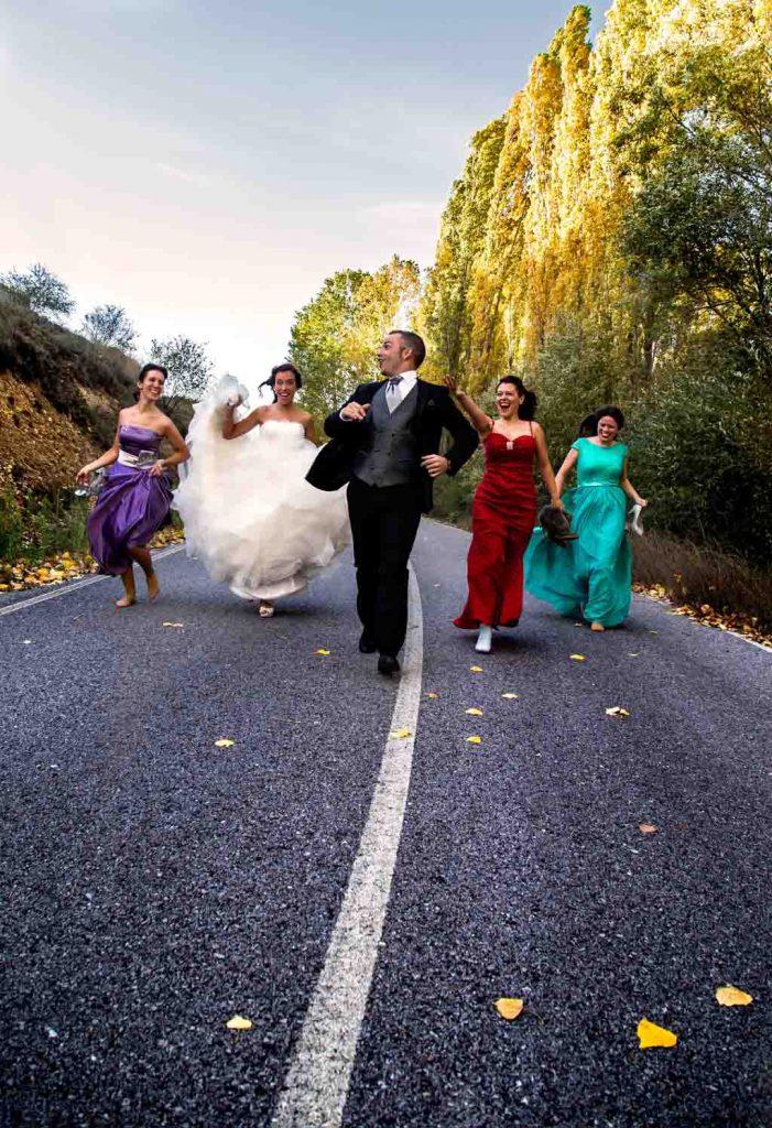 fotochita - fotografia de Boda Madrid- sesion post boda - divertida - carretera
