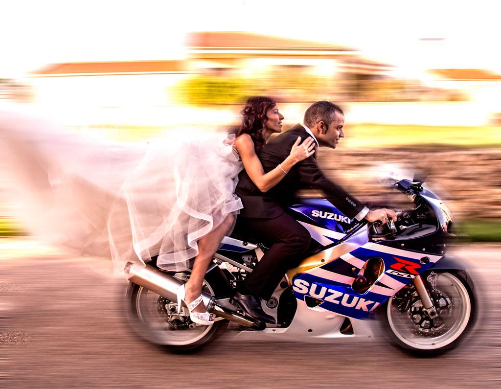 fotochitabodas - fotografia de Boda Madrid- sesion pre boda - divertida - moto