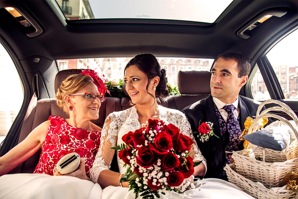 fotochitabodas - fotografia de boda Valladolid - novia coche - familia