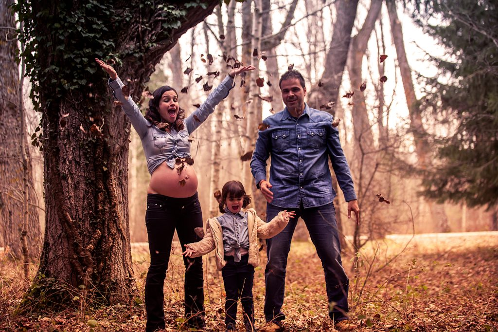 Fotografia de embarazo, sesiones fotograficas de familia, reportaje de pre-mama en Rascafria